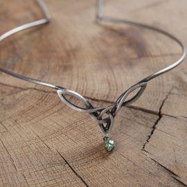 Tiara mit keltischem Geflecht und grünem Stein