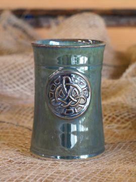 Keramikbecher mit Keltenknoten grün