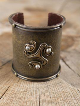 Breiter Armreif aus Messing mit keltischer Triskele