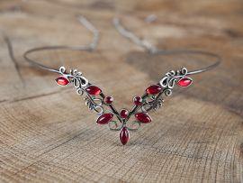 Diadem mit roten Steinen