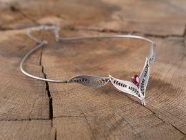 Filigranes Diadem mit rotem Stein