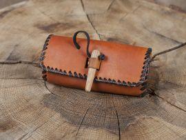 Gürteltasche mit Holzverschluss - braun