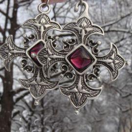 Mantelschließe Kreuz mit lila Schmuckstein