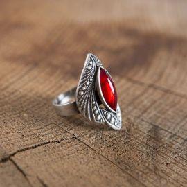 Ring mit rotem Schmuckstein
