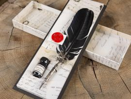 Geschenkbox mit schwarzem Gänsekiel