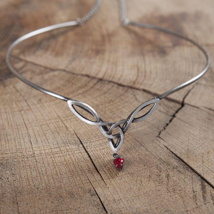 Tiara mit keltischem Geflecht und rotem Stein