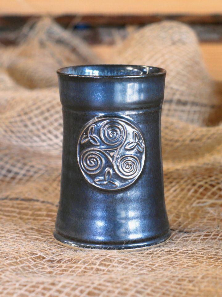 Keramikbecher mit Triskele blau-grau