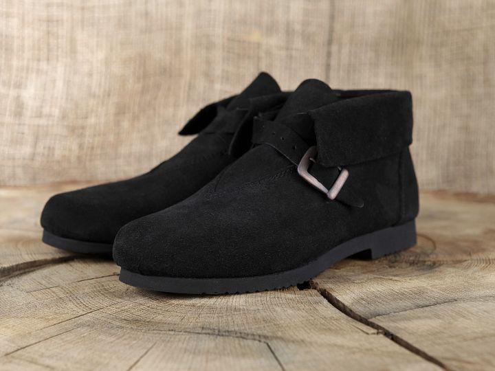 Historische Schuhe mit Schnalle