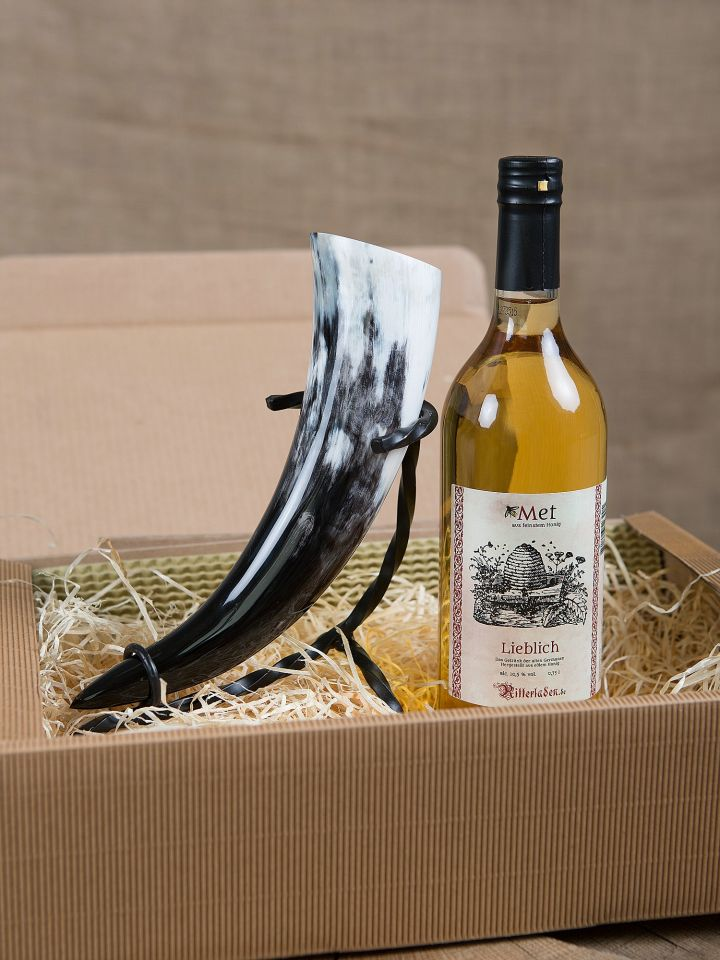 Geschenkbox mit Met, Trinkhorn und Ständer