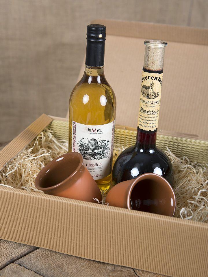 Geschenkbox mit Gewürzwein, Met und zwei Tonbechern