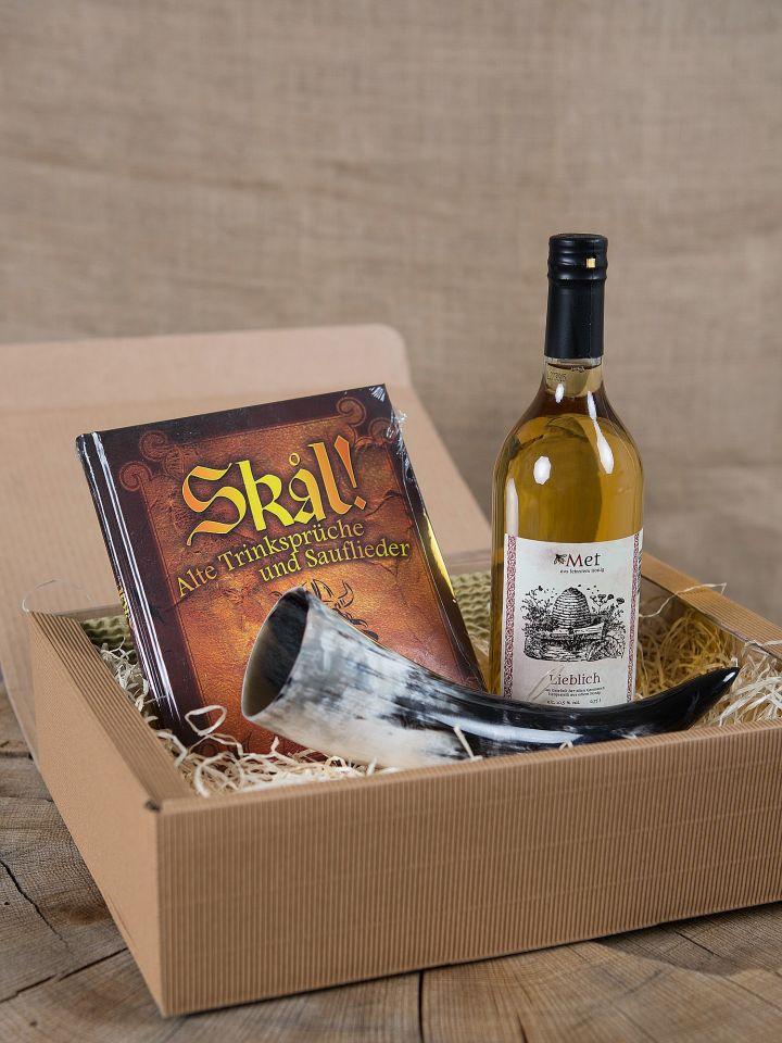 Geschenkbox mit Met, Trinkhorn und Buch
