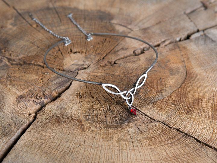 Tiara mit keltischem Geflecht und rotem Stein 2