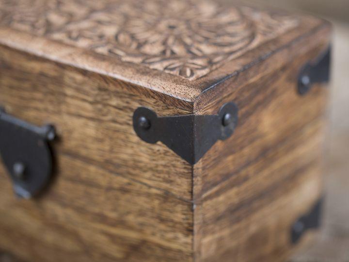 Holztruhe mit Verzierung 2