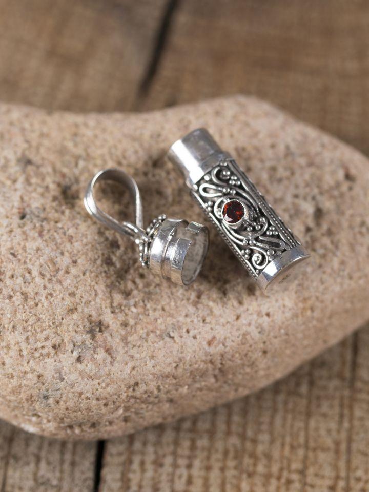 Medaillonphiole zum Öffnen aus Silber mit Granat 2