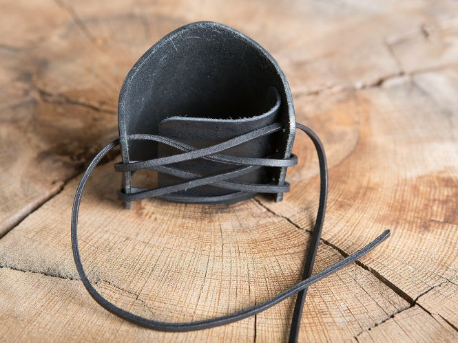 Armstulpe geprägt keltischer Knoten schwarz 2