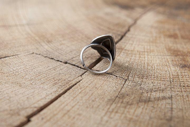 Ring mit grünem Schmuckstein 2