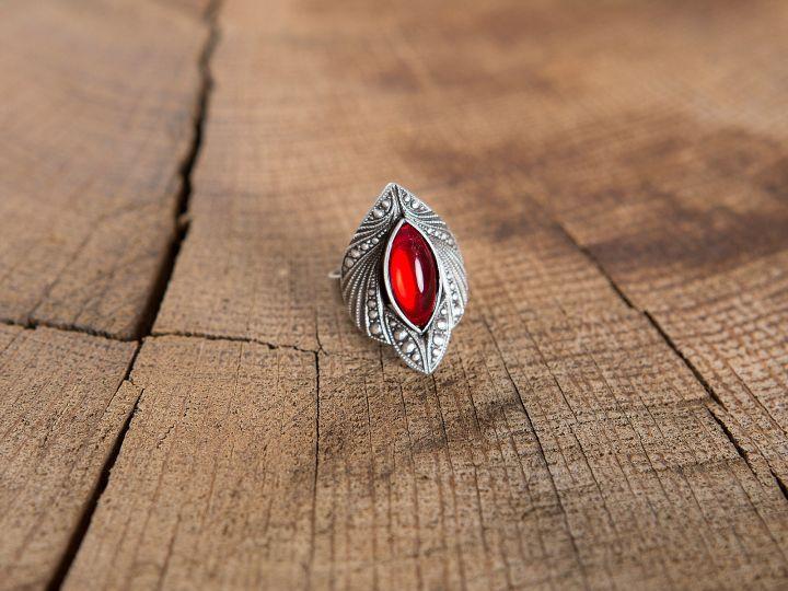 Ring mit rotem Schmuckstein 2