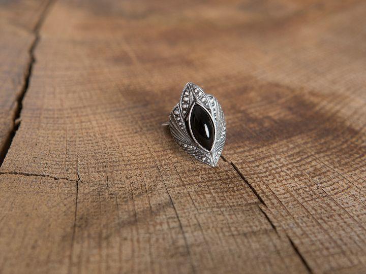 Ring mit schwarzem Schmuckstein 2