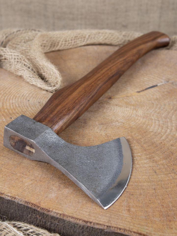 Kräftige Axt mit geschwungenem Holzgriff 3