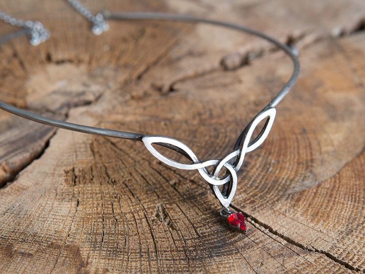 Tiara mit keltischem Geflecht und rotem Stein 3