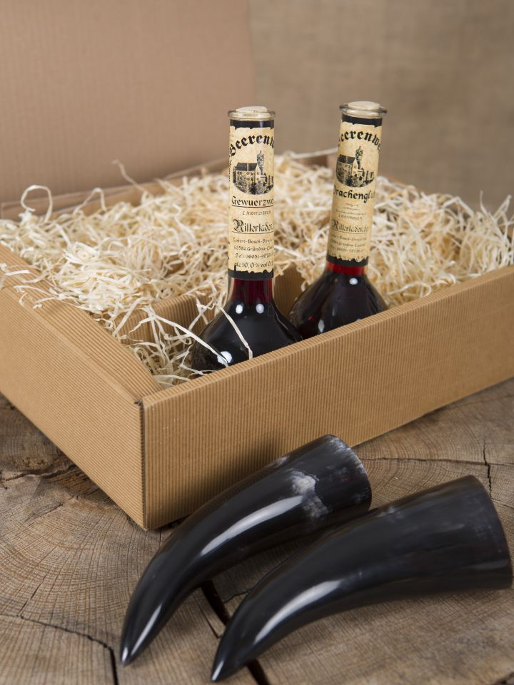Geschenkbox mit Gewürzwein, Drachenglut und zwei Trinkhörnern 3