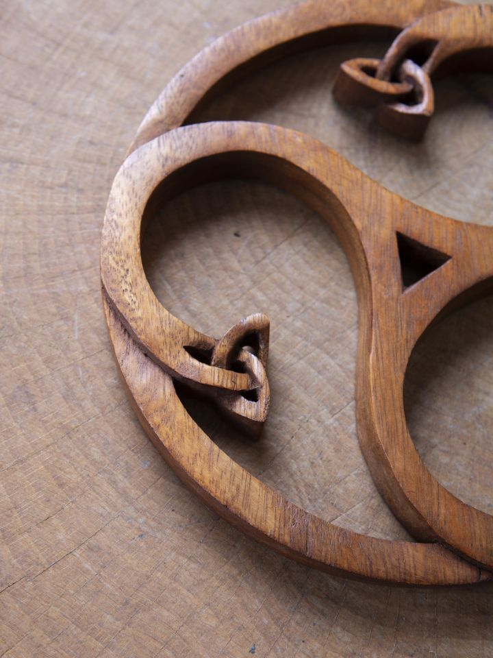 Holz-Wandschmuck Triskele mit Keltenknoten 3