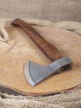 Kräftige Axt mit geschwungenem Holzgriff
