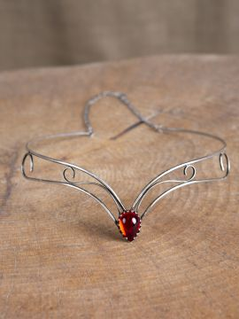 Schlichtes Diadem mit rotem Stein