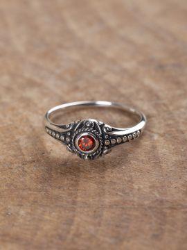 Wikinger-Silberring mit rotem Zirkonia 58